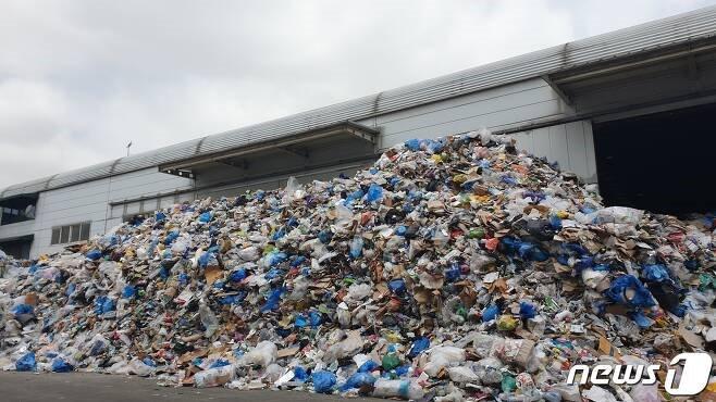 서울 한 자치구의 재활용선별장. 재활용 쓰레기가 처리장 바깥까지 한 가득 쌓여 있다. 2020.04.23/뉴스1 © 뉴스1 이비슬 기자