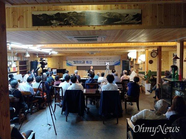 사단법인 평화의 길이 주최한 특강에서 문정인 청와대 통일외교담당 특별보좌관이 '한반도 평화 만들기의 조건'이란 주제로 강연했다.
