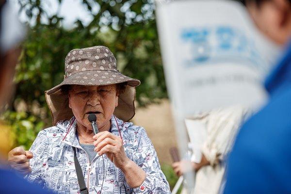 무등이왓 마을의 학살을 증언하는 홍춘호 할머니.
