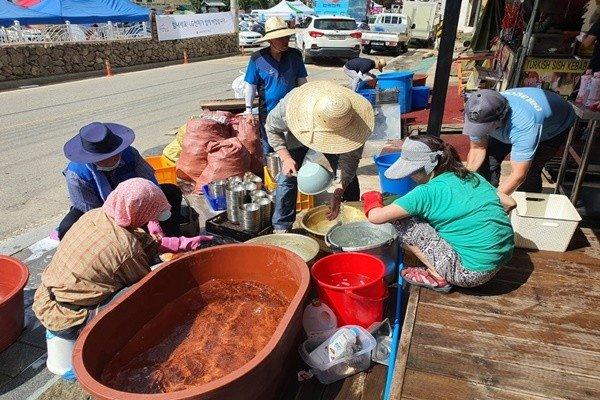 (사)평화의 길 경남지부 회원들과 자원봉사자들이 수해 복구작업에 땀을 흘리고 있다.