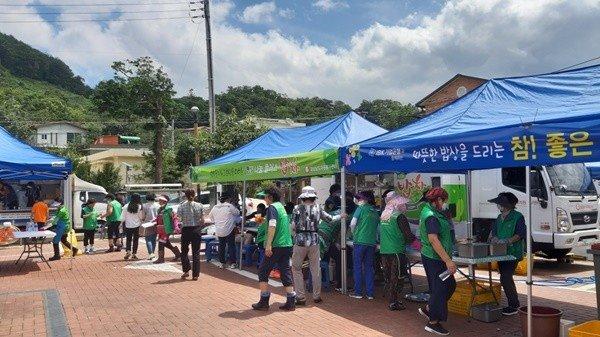 전국에서 찾아온 자원봉사자들이 각자의 맡은 일에 열중하고 있다.