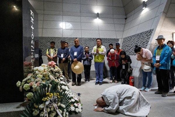 명진스님이 4.3 희생자 위패봉안실에서 참배를 하고 있다.