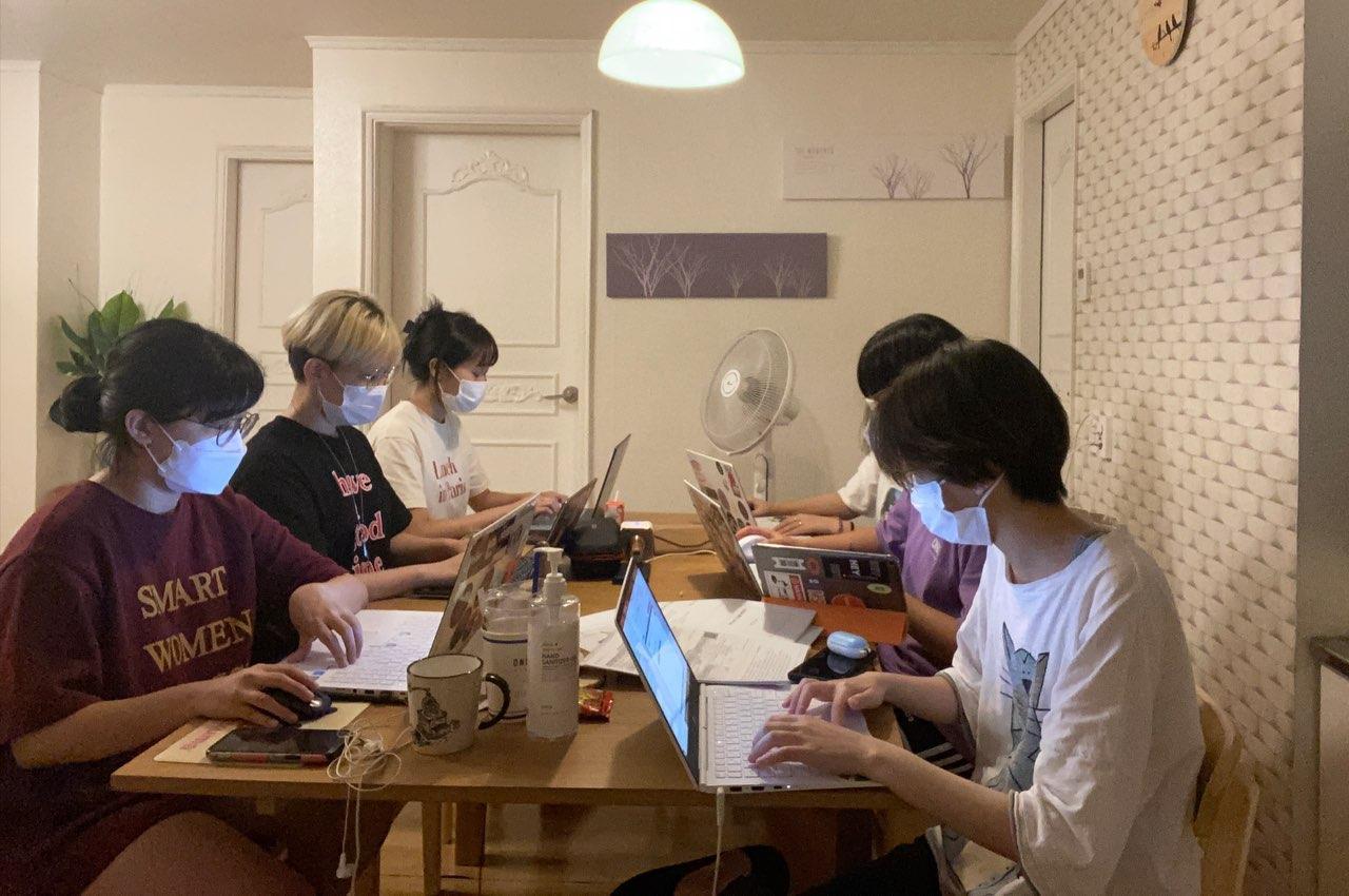 여섯 명의 집행위원이 직사각형 탁자에 앉아 모두 마스크를 착용한 채로 노트북을 켜고 업무 매뉴얼 작성에 열중하고 있는 모습이다.