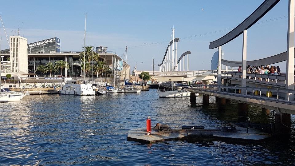 스페인 바르셀로나항 옛 항구인 포르트벨의 '람블라 데 마르'는 람블라 거리 끝에 자리한 콜럼버스동상 앞 파우광장과 바다 건너편 상업지역을 연결한다. 요트가 드나들 수 있도록 다리를 90도로 회전시킨다.