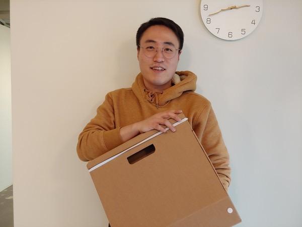 박대희 페이퍼팝 대표가 최근 출시한 종이가방을 들고 있다. 서혜미 기자