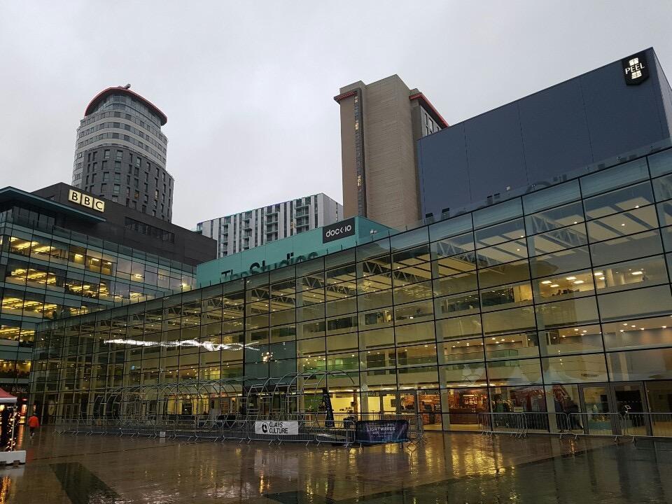 지난 12월10일 겨울비가 내리는 맨체스터 '미디어시티' 일대 전경. 맨체스터운하 북쪽 솔퍼드 지역에 있던 81만㎡ 넓이의 버려진 땅은 2010년대 들어 맨체스터 지역경제를 지탱하는 디지털미디어 산업 클러스터로 탈바꿈했다.
