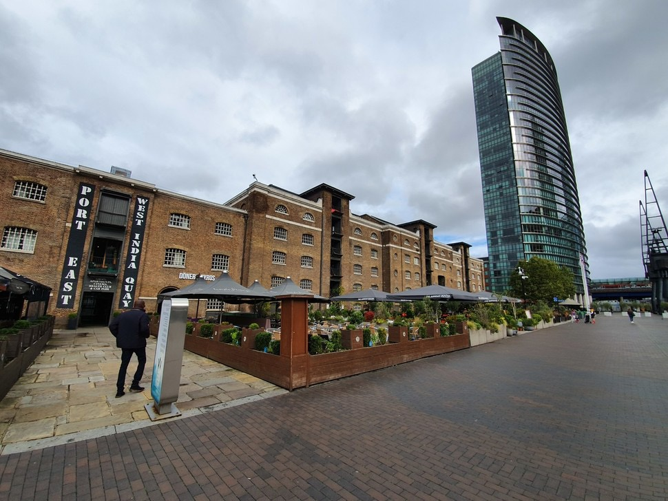 영국 런던시 카나리워프 서인도도크 근처에 있는 레스토랑. 항만시설인 창고건물을 개조해 사용하고 있다.