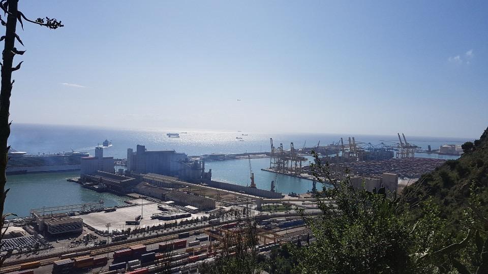 바르셀로나항은 5개 항구로 나뉜다. 몬주익 언덕에서 바라본 컨테이너 항구.