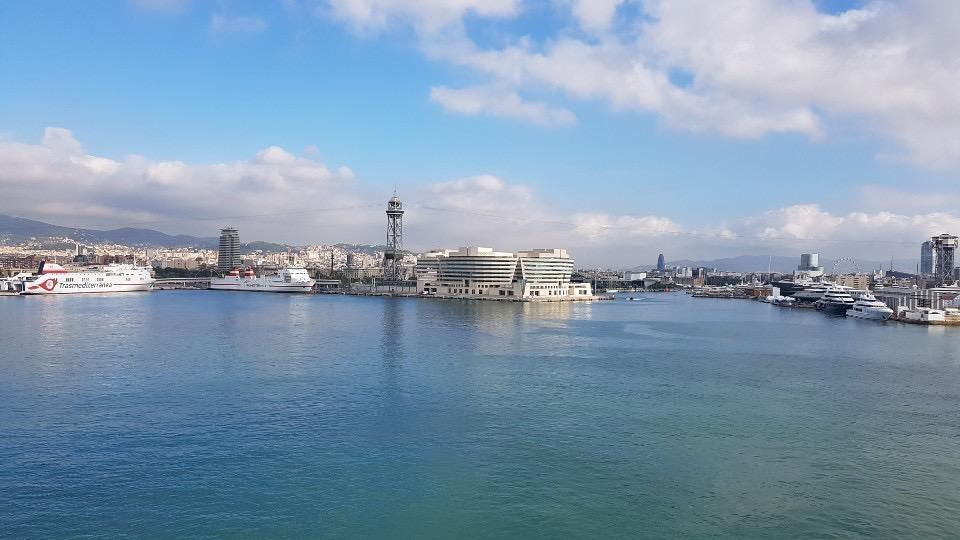 크루즈 항구에서 바라본 포르트벨의 모습이다. 철탑 옆의 건물이 랜드마크인 세계무역센터다. 스카이라인과 바다 조망권을 지키기 위해 10층 이하로 만들었다.