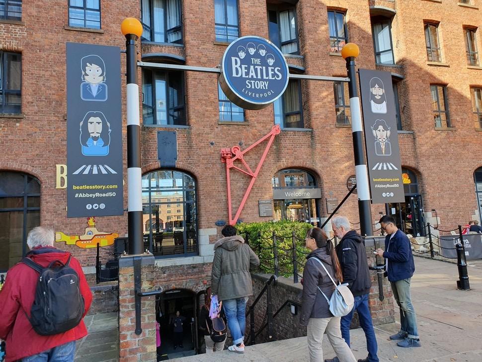 영국 리버풀시 리버풀항 앨버트도크 들머리 근처에 있는 비틀스 스토리(박물관) 모습. 리버풀은 세계적인 팝그룹 비틀스의 고향이다.