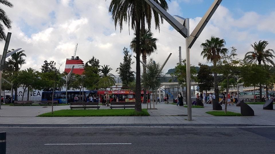 바르셀로나항은 크루즈 승객을 유치하기 위해 힘을 쏟았다. 포르트벨 옆 크루즈 부두 앞에 시티투어버스를 설치했다.