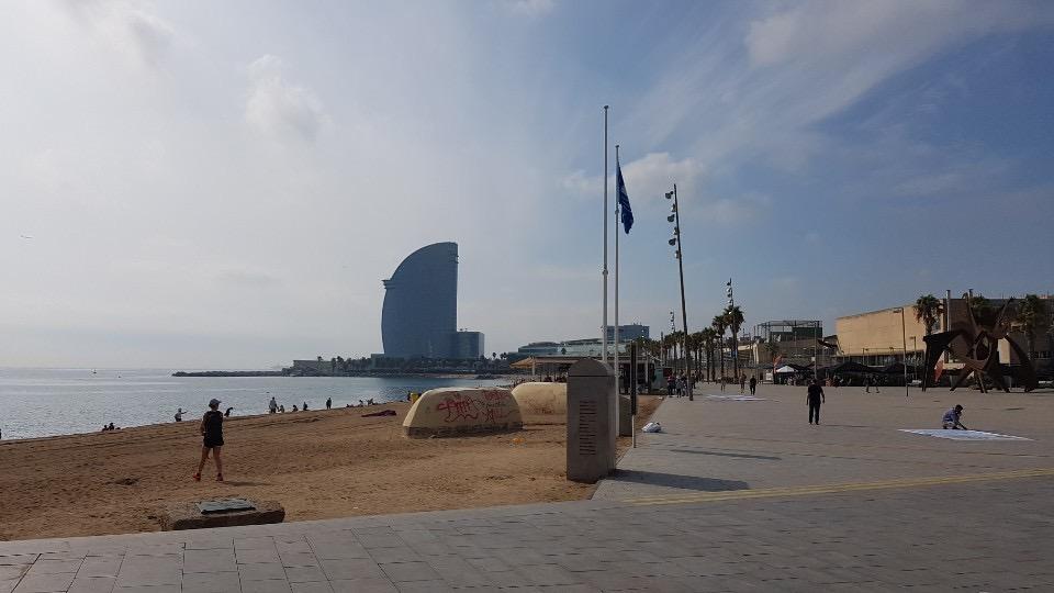 포르트벨의 인공해변인 바르셀로네타해변. 자연해변이었는데 모래를 가져와 만들었다. 반달형 건물은 포르트벨에서 가장 높은 더블유(W) 호텔이다.