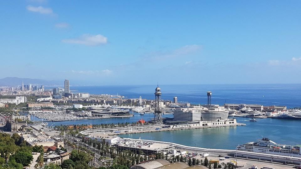 바르셀로나항의 옛 항구인 포르트벨 안과 주변에 고층 건물들이 거의 없다.