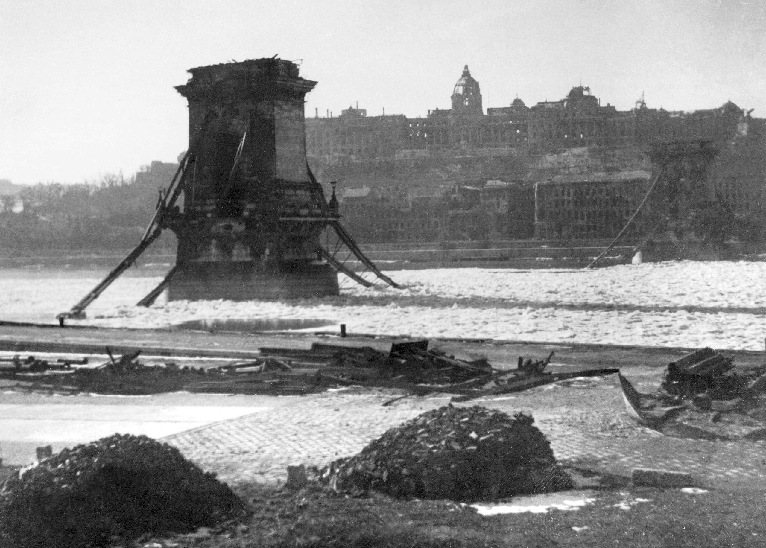 독일군에 의해 폭파된 세체니 다리