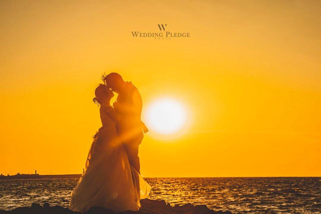 圖像中可能有一人或多人、大家站著、婚禮、海洋、暮光、天空、戶外和水