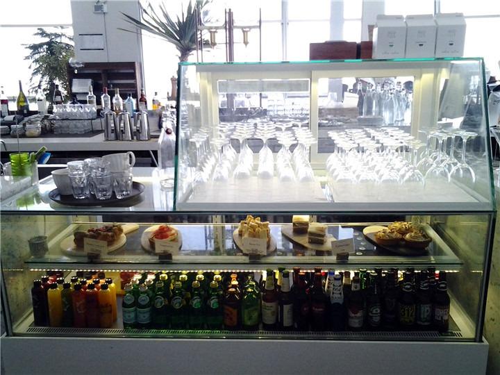 各式蛋糕和饮品展示