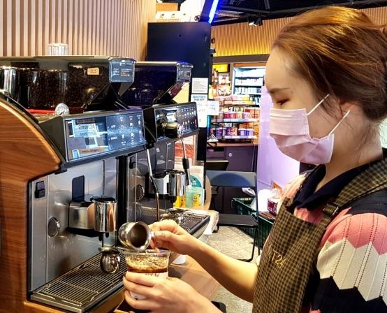 이마트24는 점주가 바리스타 자격증을 취득하고 직접 커피를 만들어 제공하는 '바리스타 점포' 를 운영하고 있다. 서울 성수대우점을 운영하는 김은혜 점주가 커피 음료를 만들고 있다.  이마트24 제공