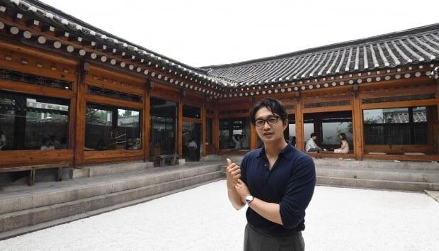 유주형 어니언 대표가 어니언 안국점에서 공간을 소개하고 있다. 신경훈 기자 khshin@hankyung.com