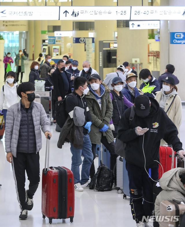 [제주=뉴시스]우장호 기자 = 신종 코로나바이러스 감염증(코로나19)이 확산 중인 10일 오전 제주국제공항에 출국을 서두르는 중국인 불법체류자들과 비자 기한이 만료된 관광객들로 혼잡한 모습을 보이고 있다. 2020.03.10. woo1223@newsis.com