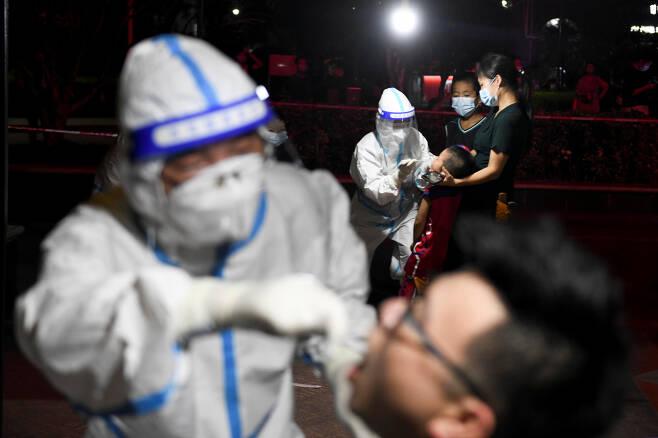 중국 후난성에서 코로나19가 확산하자 지역 주민들을 대상으로 검사를 하고 있다. [로이터]