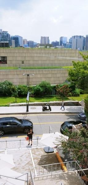 왼편 창에서 보이는 국립현대미술관과 오피스 건물들