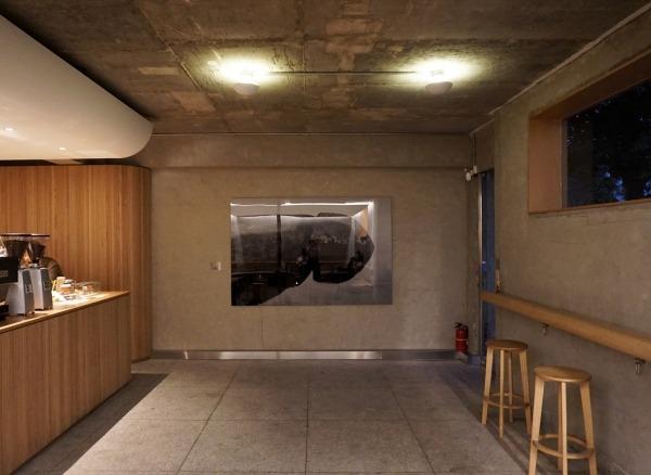 바깥 소음과 단절된 차분한 실내