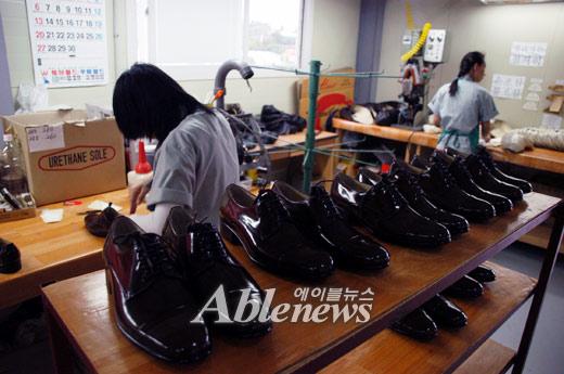 구두를 만들고 있는 장애인 근로자들 모습.ⓒ에이블뉴스DB