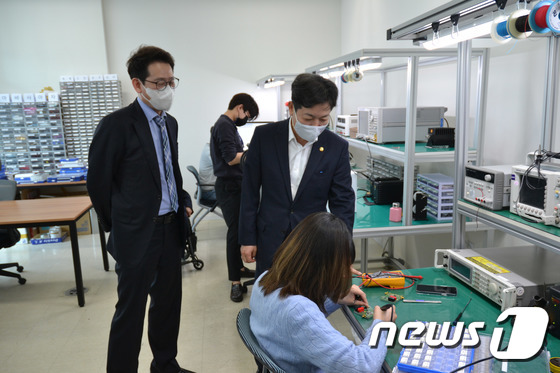 샌드박스 지정기업 워프솔루션 방문한 장석영 2차관