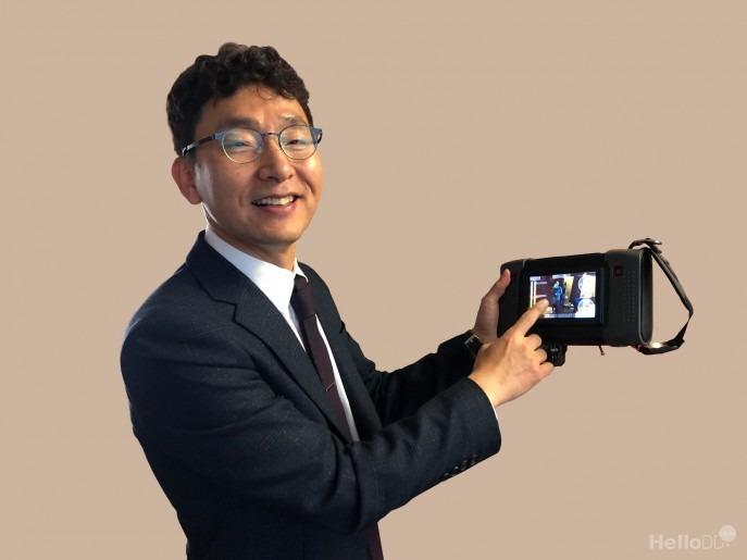 김영기 에스엠인스트루먼트 대표가 독자 개발한 휴대용 초음파 카메라를 들고 있다. <이미지=박옥경 디자이너>