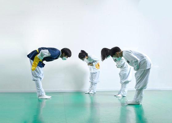 왼손을 오른손 위로 포개 '공수' 자세를 취한 뒤 허리를 90도로 굽혀 인사하는 김성현(맨 왼쪽) 한국무예교육연구소장과 소중 학생기자단.