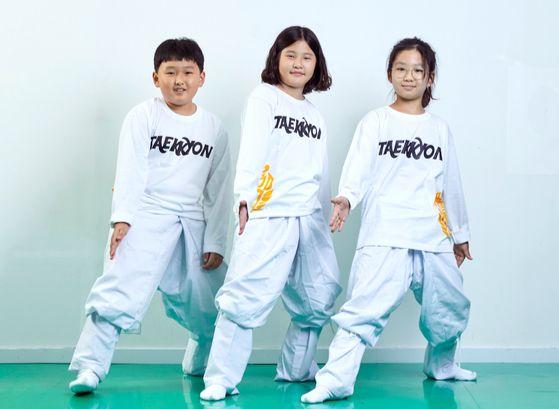 김지성·나서현·김아윤(왼쪽부터) 학생기자가 '어리대기' 자세를 취했다. 원품에서 오른발을 앞으로 내디디며 자세를 낮추고, 오른손을 왼 손목까지 이동했다가 오른 무릎 바로 앞에서 팔을 쭉 편다.