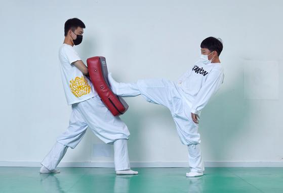 김지성 학생기자가 선보인 택견의 '내지르기'는 발바닥의 한가운데 부분을 상대의 몸통에 밀어 넣듯이 차는 동작이다.