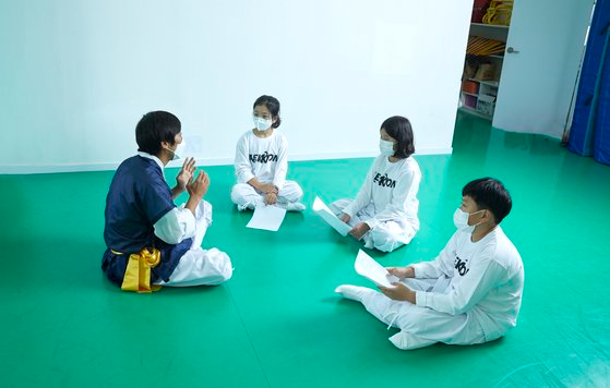 학생기자단이 택견 수련에 앞서 택견의 역사·예절·가치 등에 대해 배우고 있다. 택견은 신체만큼 정신 수련도 중요한 무예다.