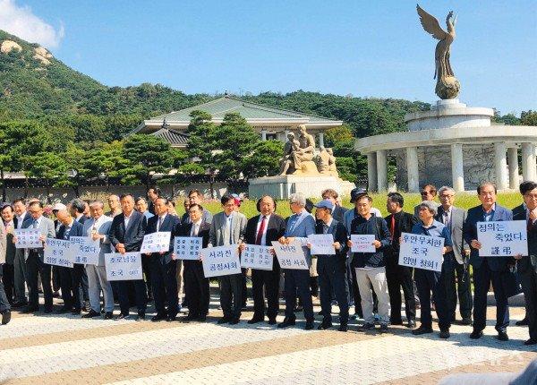 지난 7월 28일 시국선언을 위해 청와대 앞에 모인 서명 교수들
