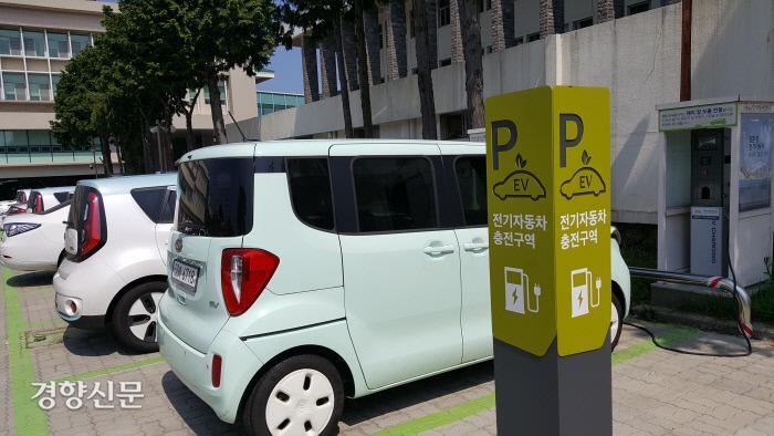 제주도청 주차장에서 충전 중인 전기차. 박미라 기자