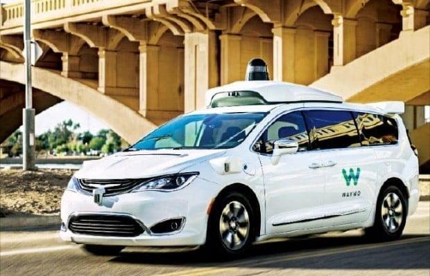 차량 전면부와 지붕에 각종 센서를 장착한 자율주행 택시 웨이모 원. 사진=구글