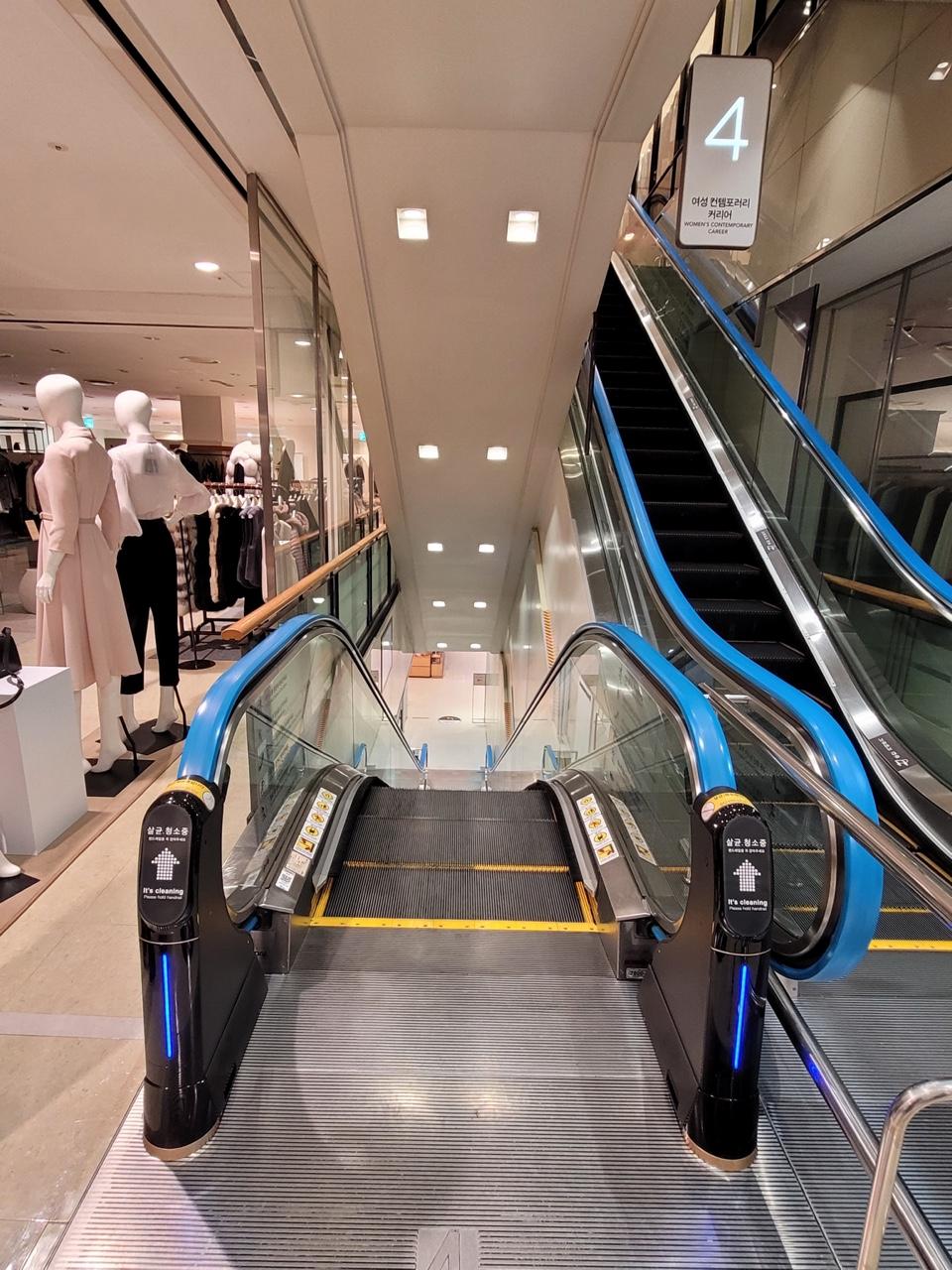 광주신세계백화점 에스컬레이터를 살균 청소하고 있는 위클린 4