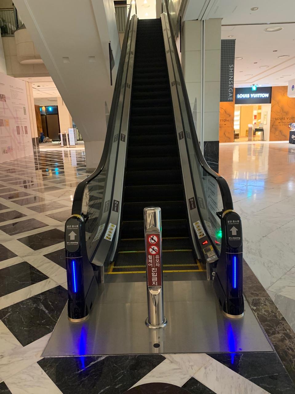 광주신세계백화점 에스컬레이터를 살균 청소하고 있는 위클린 2