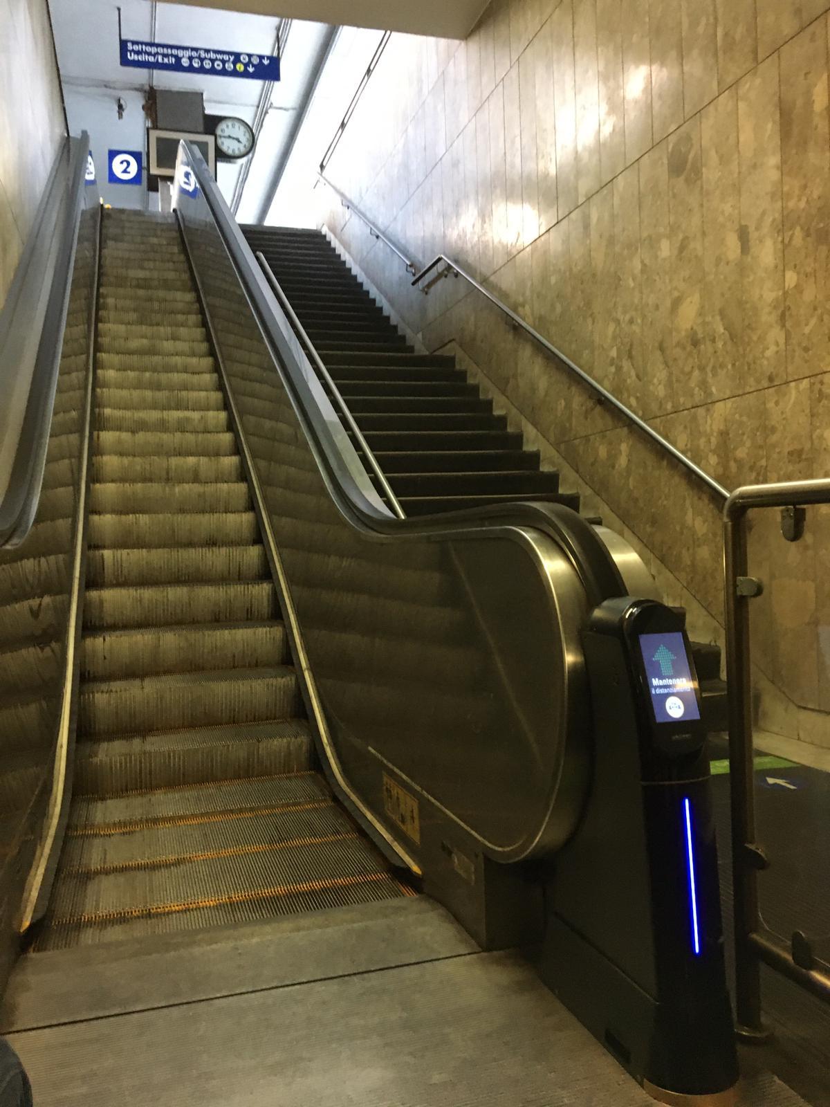 이태리 나폴리 지역의 전철역에 시범 설치된 위클린