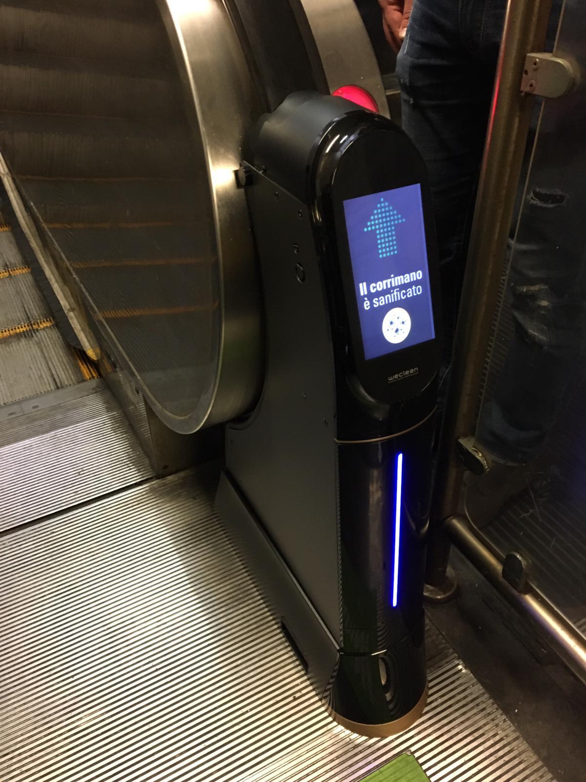 이태리 나폴리 지역의 지하철역에 설치된 위클린의 모습