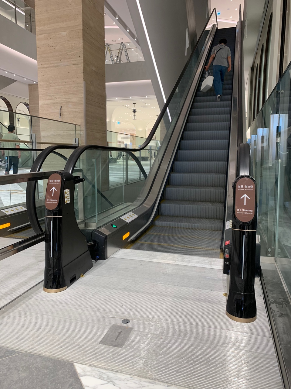 에스컬레이터 핸드레일 살균 소독 청소기 위클린이 설치된 신세계백화점 대전점의 모습 1