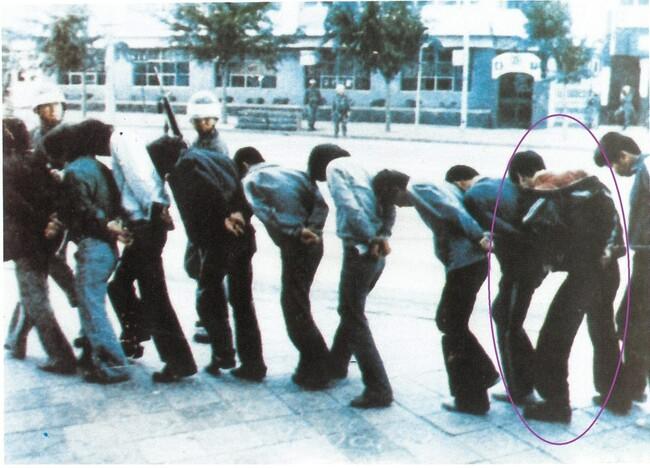 1980년 5월 5·18항쟁 당시 고교생들이 계엄군들에게 붙잡혀 끌려가고 있다. <한겨레> 자료 사진