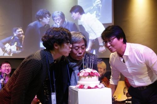 열린군대를위한시민연대 5주년 행사에서 박래군, 박석진 활동가와 함께. 가장 왼쪽이 재욱. (사진출처: 열린군대를위한시민연대 홈페이지)