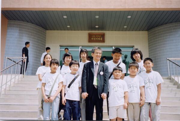 2004년 6월 평양어깨동무어린이병원 준공식 날, 고 권근술 이사장과 남쪽 대표로 방문한 어린이어깨동무의 어린이 회원들이 기념사진을 찍었다. 어린이어깨동무 제공