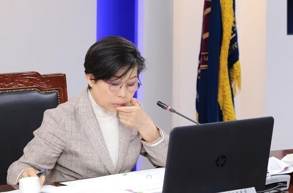 방송심의소위원회 허미숙 위원장(사진=방송통신심의위원회 홈페이지 갈무리)