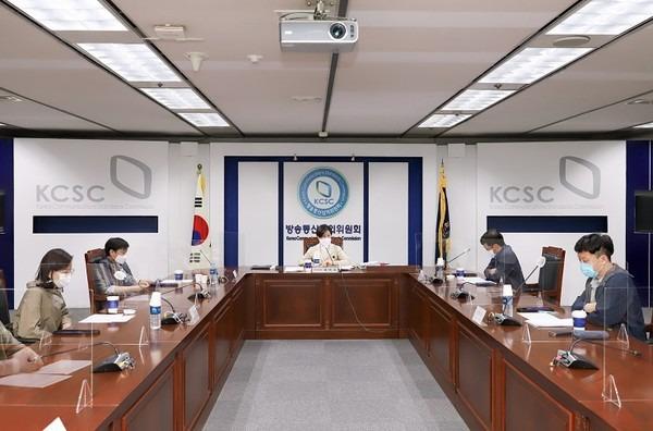 방송심의위원회 소위원회 회의 모습(사진=방송통신심의위원회 홈페이지 갈무리)