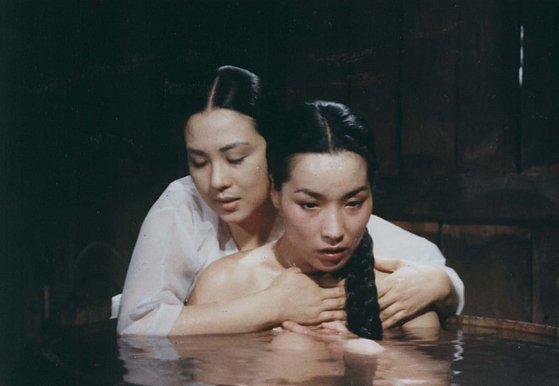 국한국영화 최초로 여성도 남성도 아닌 제3의 성 '인터섹스'를 다룬 영화 '사방지'(1988). 사진 앞쪽이 주인공 사방지로, 여성의 외모에 남성의 성기를 타고난 인물로 묘사된다. 이번 자료집에도 비중 있게 다뤄진다. [사진 서울국제프라이드영화제]