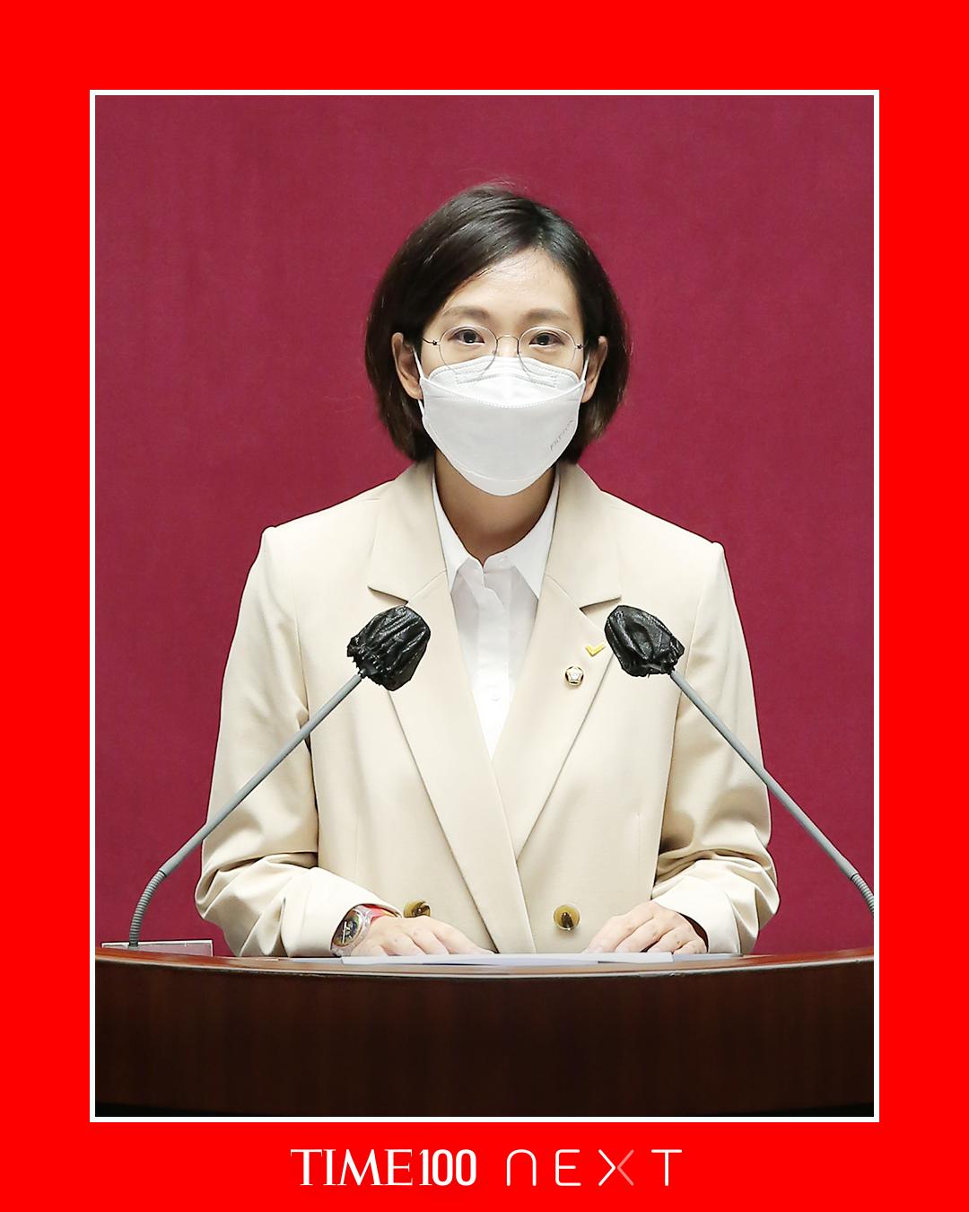 미국 시사주간지 타임이 제공한 Time 100 NEXT 공식 이미지. 장혜영 의원이 본회의장에서 발언하고 있는 모습의 사진이 함께 포함되어 있다.