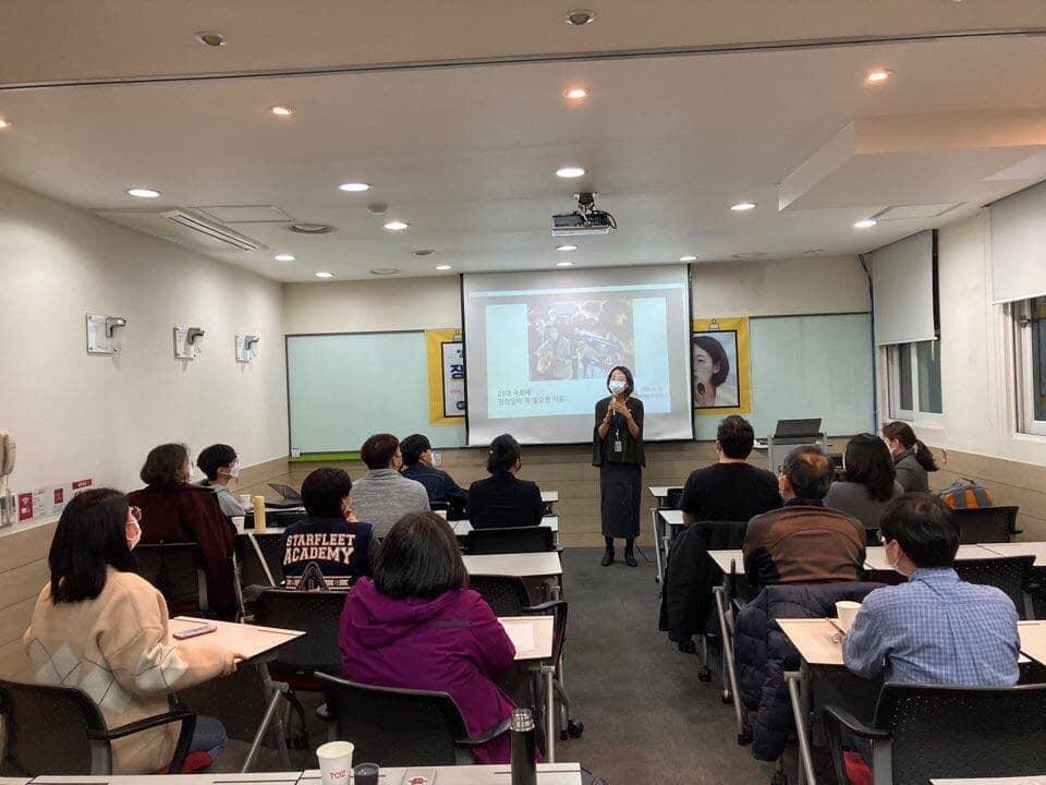 광진구위원회 11월 당원모임에서 장혜영 의원이 초청 강연회를 하고 있는 사진