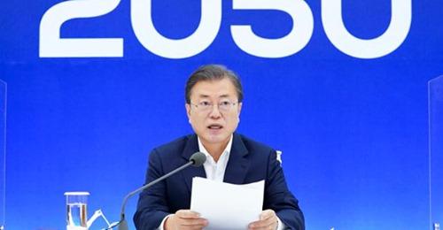 문재인 대통령이 지난달 27일 청와대 본관에서 열린 2050 탄소중립 범부처 전략회의에서 모두발언을 하고 있다.